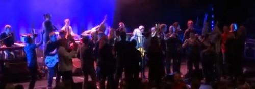 Scenen full med fans, Ulf Lundell i mitten med strålkastaren på sig