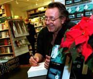 Ulf Lundell i ett varuhus där han signerar sin roman Friheten