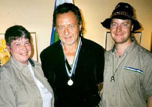 Ulf Lundell får hedersmedaljen som Befrielserörelsen i Jämtland ger till vissa personer