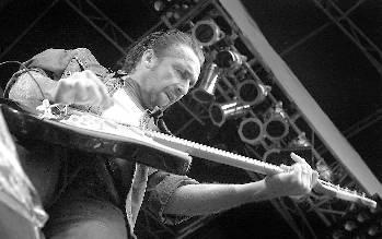 Ulf Lundell i Borgholms slottsruin sommaren 2000