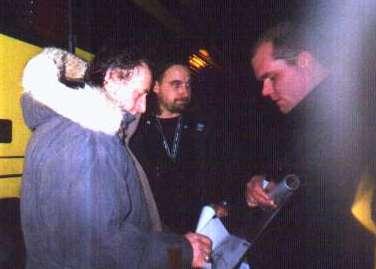 Ulf Lundell skriver autografer i Kalmar 2002-12-19